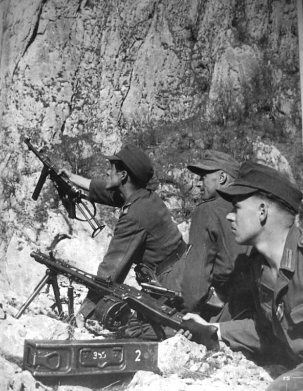 немецкий пулемёт МГ-42 MG-42 и барабанный магазин к нему