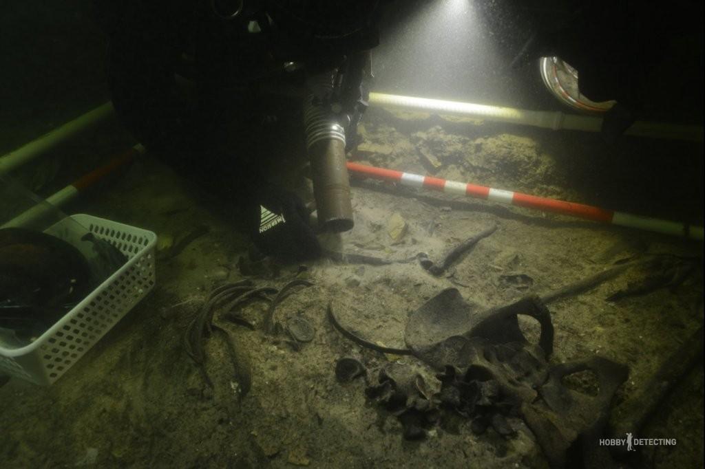 В Литве на дне озера нашли прекрасно сохранившиеся останки и снаряжение солдата XVI века! (Фото+)