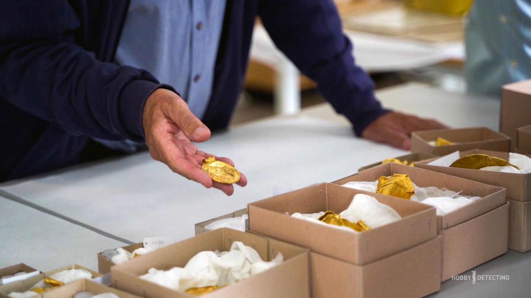 В Дании кладоискатель нашел уникальные золотые сокровища весом почти в килограмм